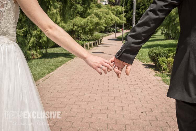 Un paseo por el Parque de Yamaguchi de Pamplona durante el reportaje de boda